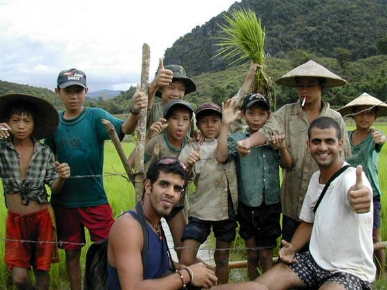 עם ילדים מקומיים סשדות האורז, לאוס.