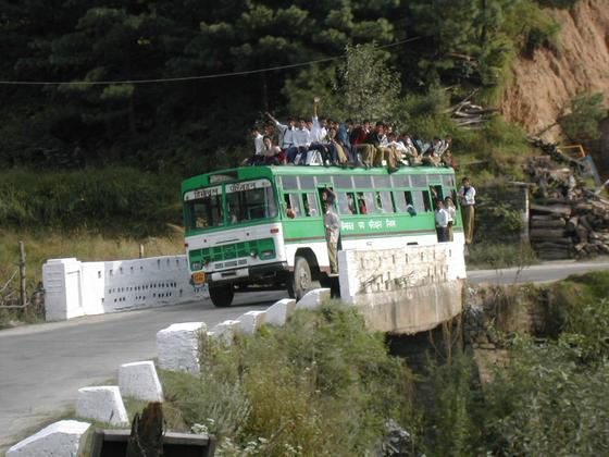 אוטובוס מפוצץ, עמק קולו, הודו.