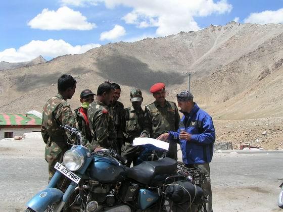 תדרוך חיילים הודים, לאדק, צפון הודו.