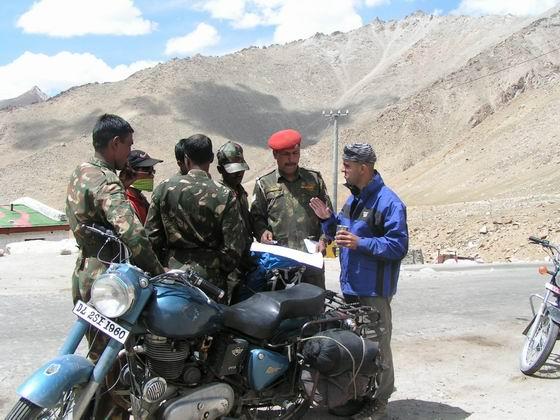 דיבור עם חיילים, לאדק, הודו.