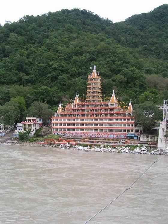 מקדש על הגנגס ברישיקש, הודו.