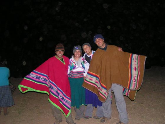 חוגגים עם המקומיים, באיים הצפים, פרו.
