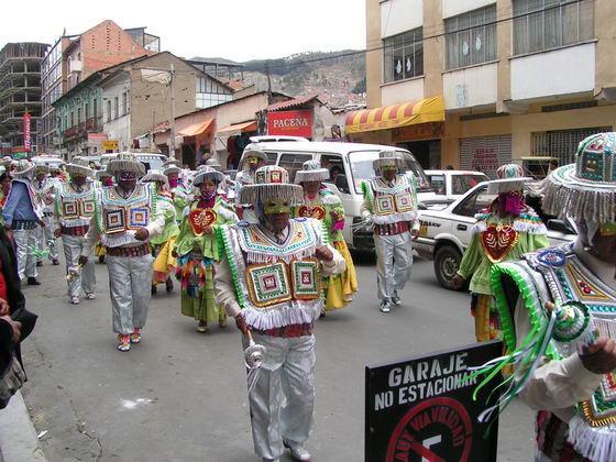 מצעד של מקומיים ברחובות לה פז