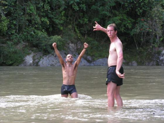 טבילה בנהר , קניון הינשופים, בולביה.