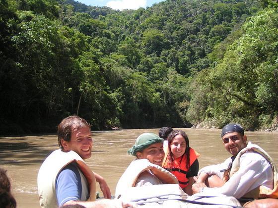 רפסודה בנהר סמוך לקניון הינשופים, בולביה.