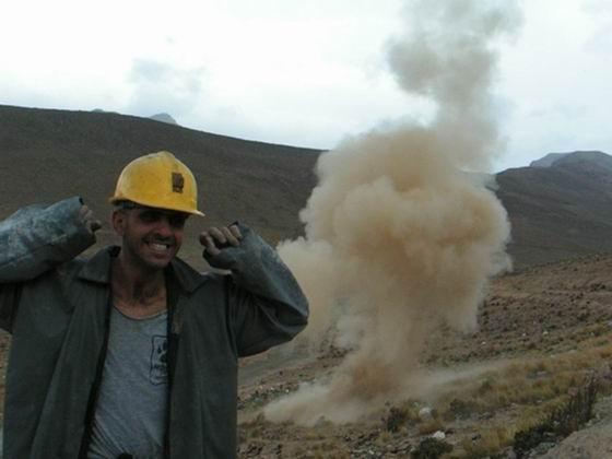 פיצוץ דינמיט במכרות, פוטוסי, בוליביה.