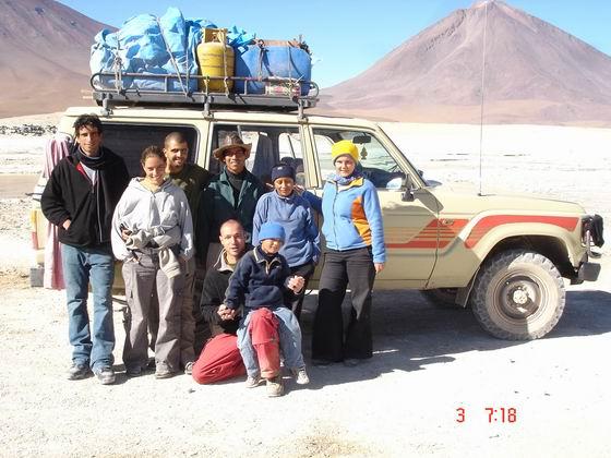 צילום קבוצתי בסוף הטיול, עם הנהג, אישתו ובנו, הסלא