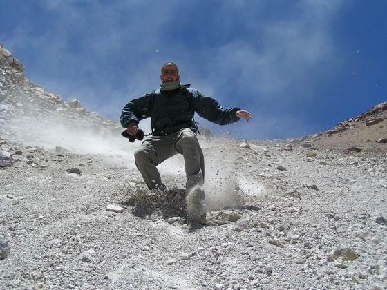 ירידה בדרדורת אבנים מהר הגעש, הסלאר, בוליביה.
