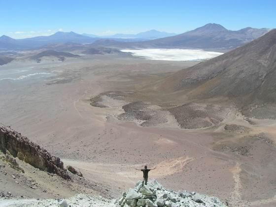 בדרך לפיסגת הר הגעש, משקיף על הנוף מתחת, הסלאר.