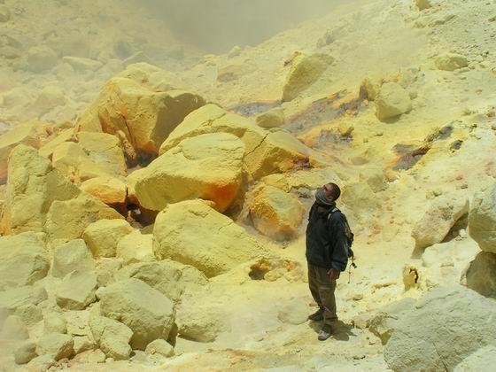 בתוך הלוע של הר געש בסלאר, בוליביה.
