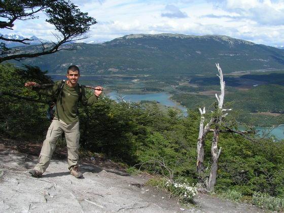 טיפוס להר המשקיף על אושוויה וסביבותיה, ארגנטינה.