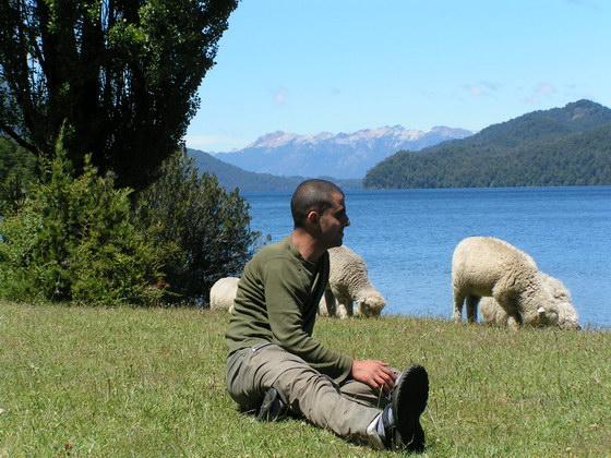 על גדות אחד האגמים בצילה