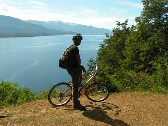 טיול אופניים באיזור האגמים, פטגוניה, ארגנטינה.