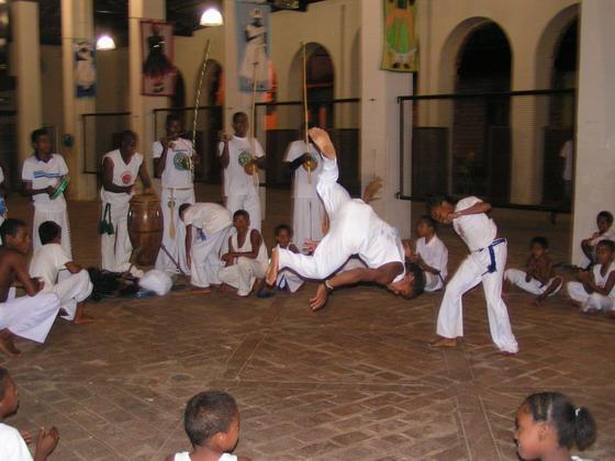 ילדים עושים קפוארה בלנסויס, ברזיל.