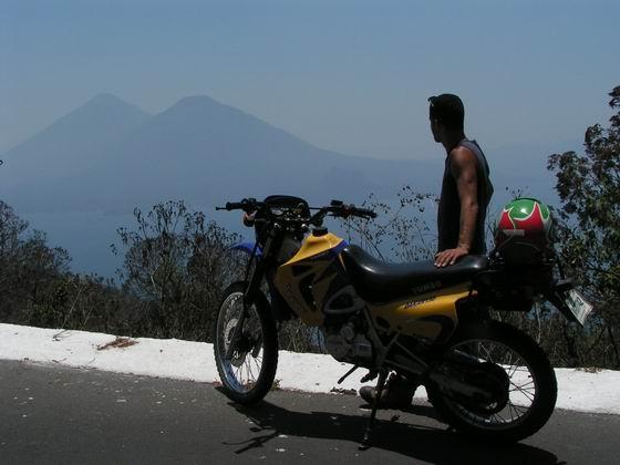 טיול אופנועים באזור אגם האטיטלן, גואטמלה.