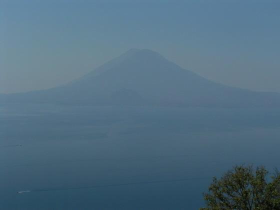 הר הגעש מעל אגם אטיטלן, גואטמלה.