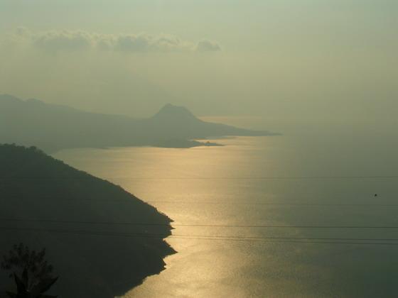 אגם אטיטלן בשקיעה, גואטמלה.