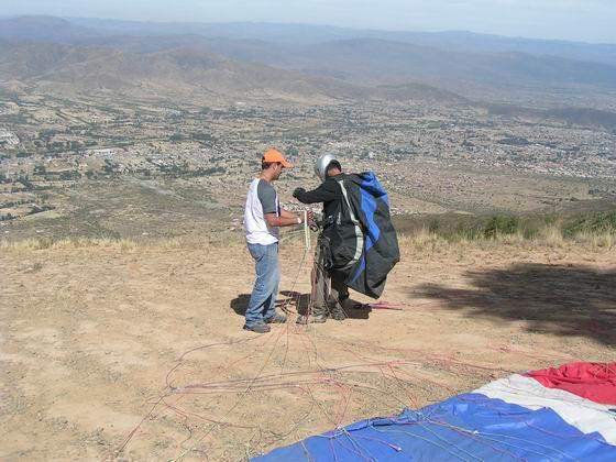 מעל עמק קוצ'במבה קורס מצנחי רחיפה , בוליביה.
