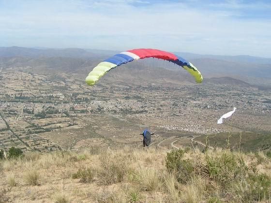 ריחוף מעל עמק קוצ'במבה, קורס מצנחי רחיפה, בוליביה.