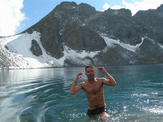 טבילה קרה, לגונה דניז גולו, הקצ'קר, טורקיה.