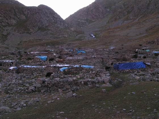 כפר קטן, טרק סובב רכס הקצ'קר, טורקיה.