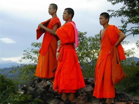 נזירים בו�היסטים לי� מק�ש בלאוס.