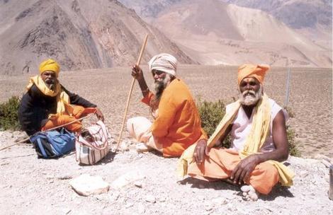 שלושה מוסקטרים במהלך טרק האנפורנה, נפאל.