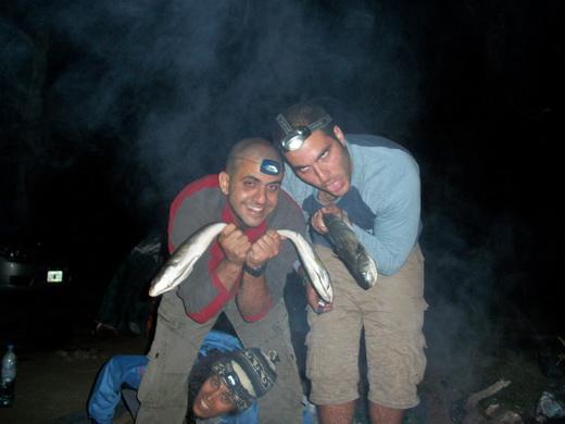 מכינים דגים על האש